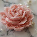 彫刻 石鹸 – 石鹸を彫刻して、キレイでおしゃれなお花のように造形することを、何という?プロが専門用語についてご紹介